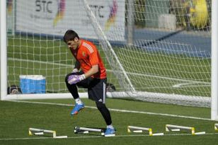 Kiper Real Madrid Iker Casillas dalam sesi latihan di Valdebebas, Madrid, 13 September 2013.
