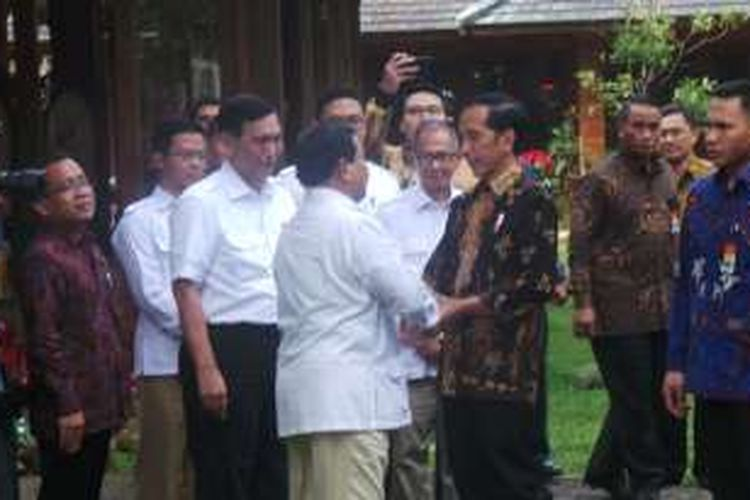 Presiden Joko Widodo dan Ketua Umum Partai Gerindra Prabowo Subianto setelah mengakhiri pertemuan di kediaman Prabowo di Hambalang, Bogor, Jawa Barat, Senin (31/10/2016).