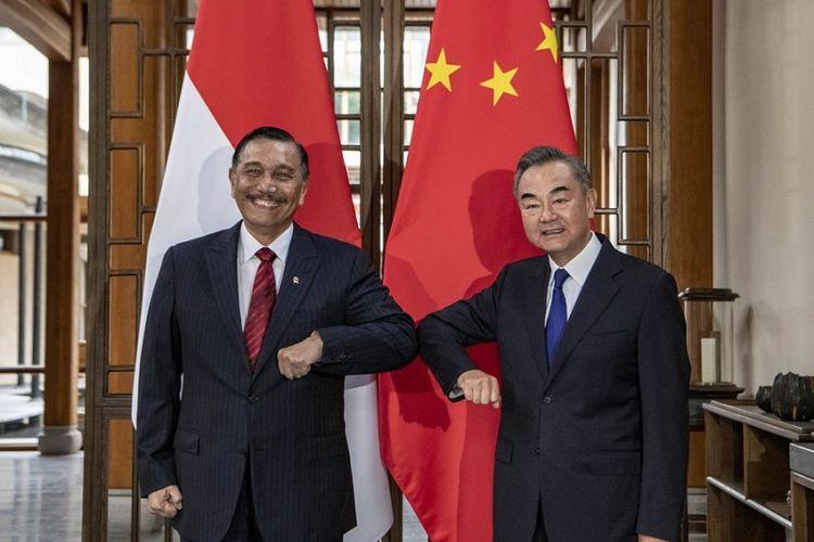 Menlu China Wang Yi berjumpa dengan Menko Luhut Binsar Pandjaitan membahas penguatan kerja sama antara China dengan Indonesia di Provinsi Yunnan, China barat daya, Republik Rakyat China, Jumat (9/10/2020).