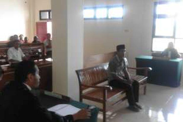 Nurdin saat menjalani sidang putusan di Oengadilan Negeri Tais, Seluma, Bengkulu