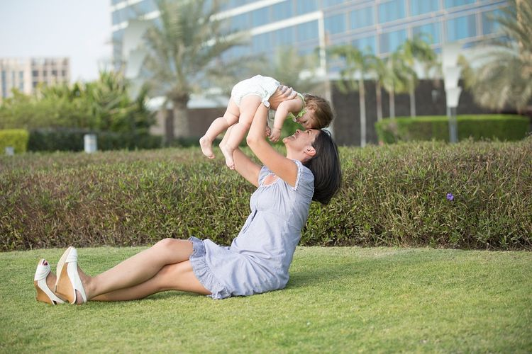 Bermain dengan anak menjadi salah satu cara untuk memperkuat ikatan batin antara ibu dengan anak