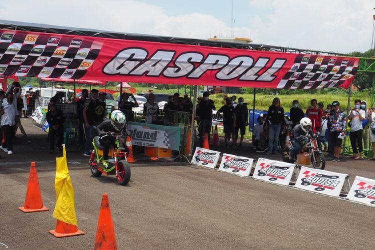 Komunitas Sepeda dan Motor Listrik (Kosmik) mengikuti ajang balap drag bike