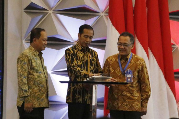 Presiden Joko Widodo, Menristekdikti Mohamad Nasir dan Ketua LIPI Laksana Tri Handoko dalam ajang ISE 2018.