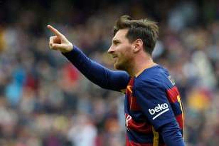 Bintang Barcelona, Lionel Messi, merayakan golnya ke gawang Espanyol pada partai La Liga di Stadion Camp Nou, 8 Mei 2016.