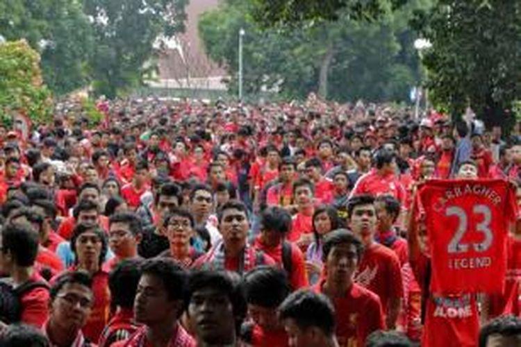 Para pendukung menyambut kedatangan tim Liverpool di Bandara Halim Perdanakusuma, Jakarta Timur, Rabu (17/7/2013). Rencananya tim asal Inggris ini akan menjalani laga persahabatan dengan tim Indonesia di Stadion Utama Gelora Bung Karno pada Sabtu, 20 Juli 2013.