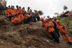 Relawan Tabur Bunga di Lokasi Jatuhnya Helikopter Basarnas