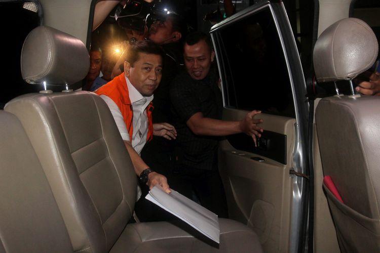 Tersangka kasus korupsi KTP Elektronik Setya Novanto meninggalkan gedung KPK, usai diperiksa penyidik Komisi Pemberantasan Korupsi (KPK), Jakarta, Selasa (5/12), malam. Setya Novanto diperiksa untuk melengkapi berkas berkas penyidikan  Kompas/Alif Ichwan (AIC) 05-12-2017