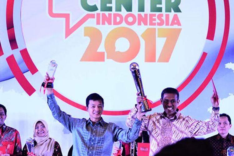 Wakil Presiden Direktur PT. Bank Central Asia Tbk, Armand Hartono (kiri) mewakili BCA sebagai Grand Champion dalam kompetisi The Best Contact Center Indonesia 2017 yang digelar oleh Indonesia Contact Center Association di Hotel Bidakara, Jumat (11/8/2017) malam lalu.