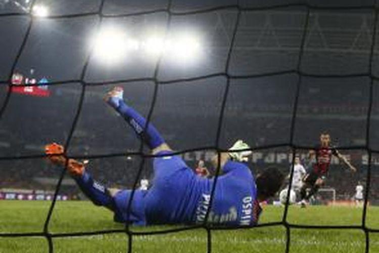 Penjaga gawang Nice asal Kolombia, David Ospina, menangkap bola ketika timnya mengalahkan Marseille 1-0 di ajang Ligue 1, Jumat (18/10/2013.