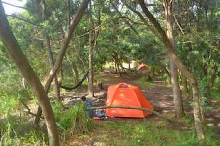 Pendaki berkemah di Pos Pendakian Gubber Hood Gunung Papandayan, Garut, Jawa Barat, Minggu (21/2/2016) pagi. Pos Gubber Hood bisa menjadi alternatif kemah pendaki jika Pos Pondok Salada penuh.