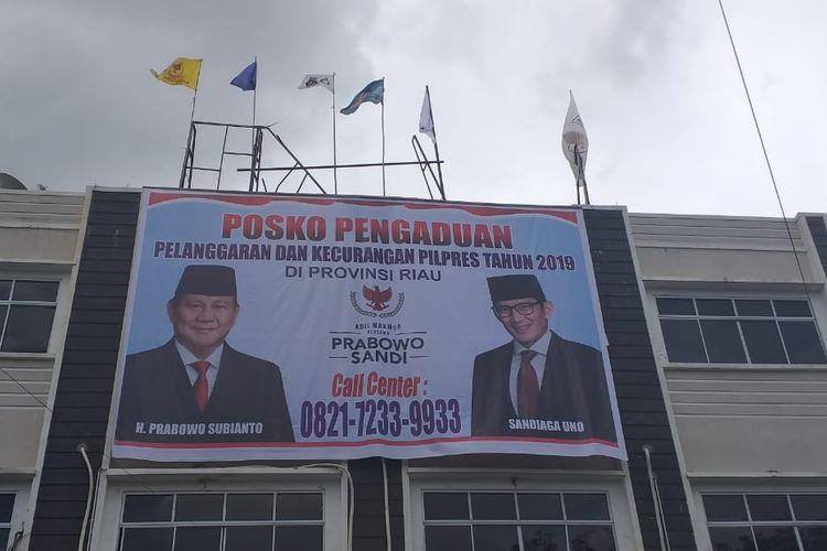 Posko pengaduan pelanggaran dan kecurangan Pilpres 2019, yang dibuka Badan Pemenangan Prabowo-Sandi Riau, di Jalan Arifin Ahmad, Pekanbaru, Riau, Jumat (26/4/2019).