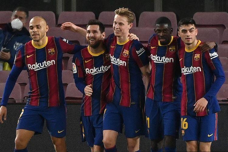 Para pemain Barcelona merayakan gol Lionel Messi ke gawang Elche. Barcelona memangkas jarak dengan Real Madrid di klasemen Liga Spanyol setelah menorehkan kemenangan 3-0 atas Elche pada Kamis (25/2/2021).