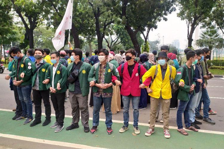 Para demonstran yang terdiri dari mahasiswa menolak Undang-Undang Cipta Kerja. Mereka berunjuk di Jalan Medan Merdeka Selatan, Jumat (16/10/2020)