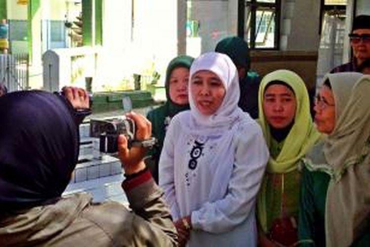 Warga menunggu Khofifah keluar rumah untuk bersalaman dan berfoto bersama, setelah bertemu Bupati Jember, yang juga kader PKB.