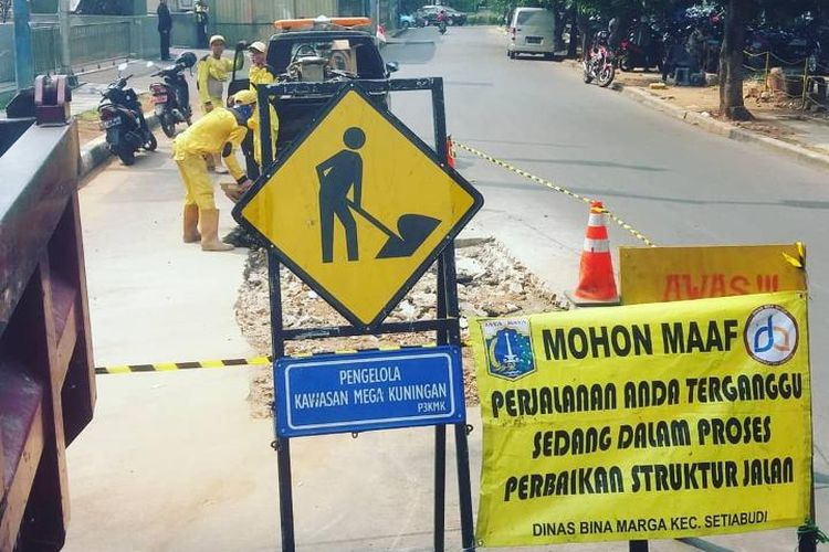 Perbaikan jalan di Kecamatan Setiabudi, Jakarta.