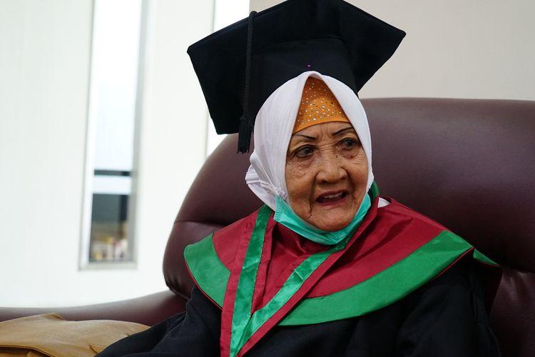 Chamimah (78), wisudawan Universitas Muhammadiyah Surabaya.