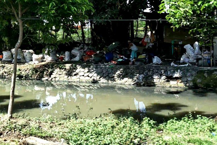 Tempat penampungan dan pengolahan sampah di tepi Kali Maja, Jalan Jambu Air, Pegadungan, Kalideres, Jakarta Barat, Rabu (8/11/2017).