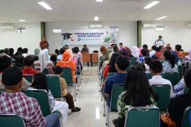 Acara penyerahan bantuan dana pendidikan dari Kompas Gramedia kepada siswa, Kamis (30/10/2014)