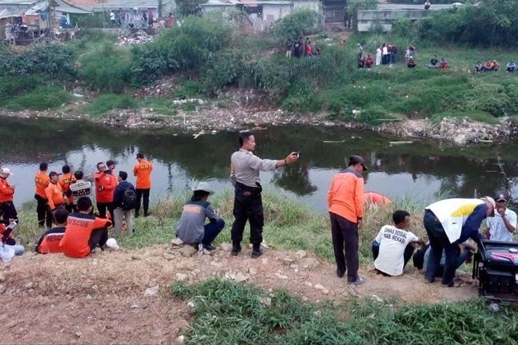 Proses pencarian bocah 14 tahun tenggelam di Kali Bekasi, Babelan, Kabupaten Bekasi, Rabu (10/7/2019).