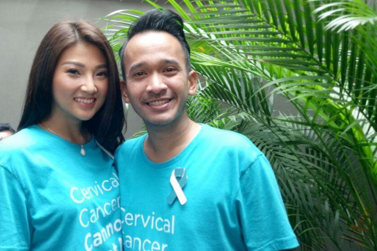 Ruben Onsu dan Sarwendah Tan  berpose usai menghadiri peluncuran kampanye publik KICKS (Koalisi Indonesia Cegah Kanker Serviks), di Hong Kong Kafe, Menteng, Jakarta Pusat, Senin (14/8/2017).