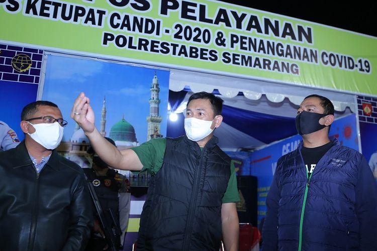 Wali Kota Semarang saat memantau sejumlah posko untuk melihat persiapan PKM hari ketiga di Kota Semarang, Selasa (28/4/2020) malam.