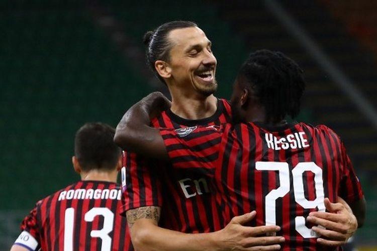 Zlatan Ibrahimovic merayakan gol dengan Franck Kessie dalam laga AC Milan vs Juventus pada lanjutan pekan ke-31 Liga Italia di Stadion San Siro, Rabu (8/7/2020).