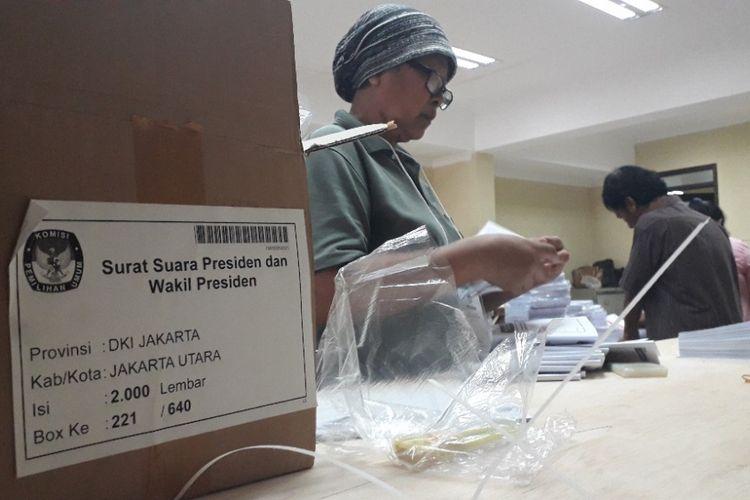 KPU Jakarta Utara memulai pelipatan surat suara Pemilu 2019 di Kantor KPU Jakarta Utara, Senin (18/2/2019).