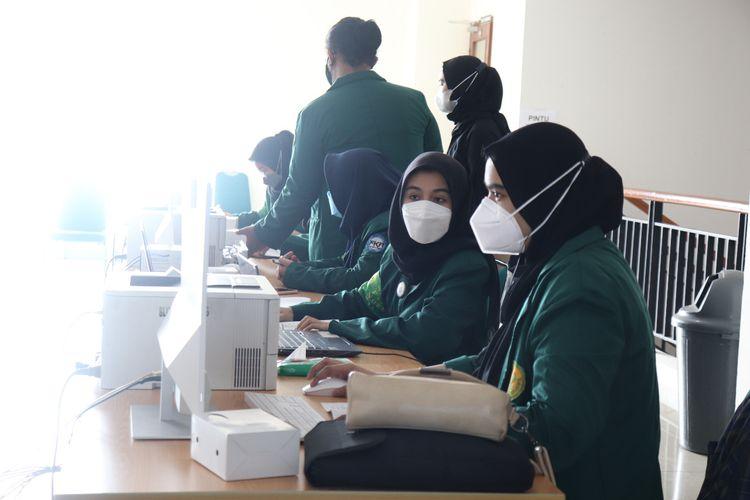 Universitas Negeri Jakarta melalui Badan Eksekutif Mahasiswa (BEM) UNJ dan Polda Metro Jaya menggelar sentra vaksinasi (26/8/2021) dengan target peserta dosen, mahasiswa, masyarakat umum yang berusia 12 tahun ke atas.