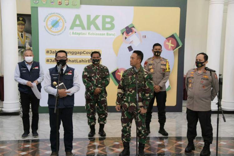 Gubernur Jawa Barat Ridwan Kamil bertemu dengan Wakapolri Komjen Gatot Eddy Pramono dan Kepala Staf Angkatan Darat (Kasad) Jenderal Andika Perkasa sebagai Komite Penanganan Covid-19 dan Pemulihan Ekonomi Nasional (KPCPEN) di Gedung Sate, Jalan Diponegoro, Jumat (21/8/2020).