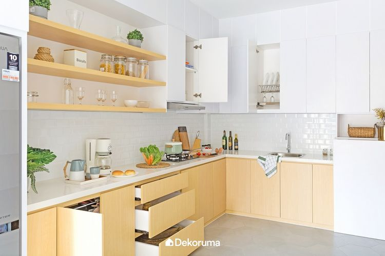 Dominasi Warna Putih dengan Kombinasi Material Light Wood