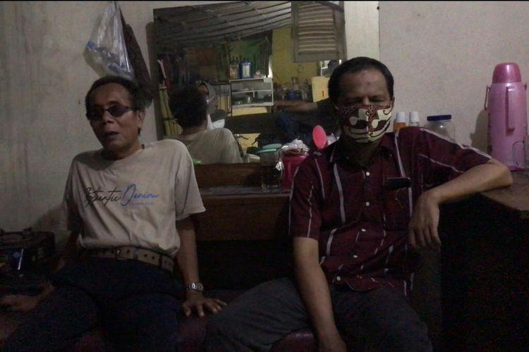 Suyatmo (55) dan Dwi (47), pemijat tunanetra duduk di teras Panti Pijat Tunanetra Berdikari 2 di Jalan Sungai Sambas IX, Kramat Pela, Kebayoran Baru, Jakarta Selatan pada Jumat (30/4/2021) malam.