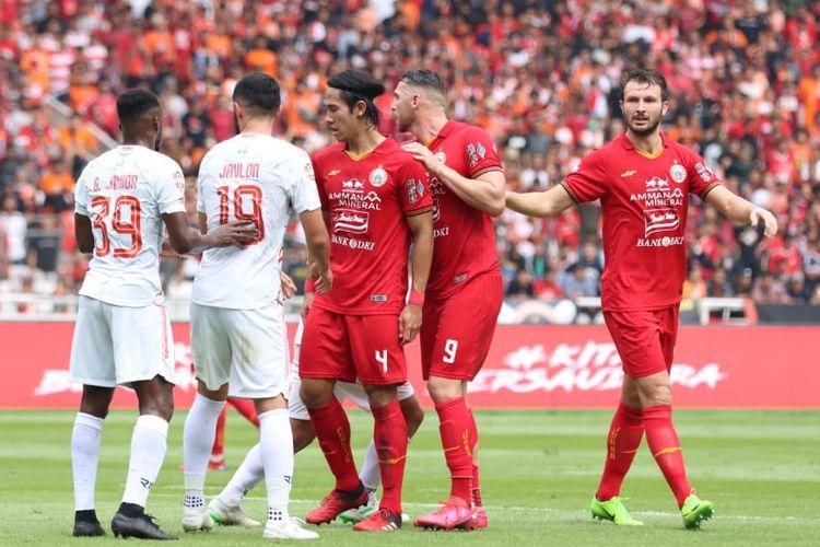 Marco Motta (paling kanan) dalam pertandingan Persija Jakarta vs Borneo FC pada pekan pertama Shopee Liga 1 2020 yang digelar di Stadion Utama Gelora Bung Karno, Jakarta, Minggu (1/3/2020).