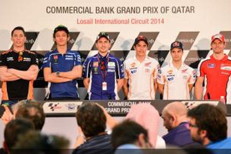 Para pebalap MotoGP (kiri-kanan) Aleix Erpargaro, Valentino Rossi, Jorge Lorenzo, Marc Marquez, Dani Pedrosa, dan Cal Crutchlow hadir pada konferensi pers jelang GP Qatar di Sirkuit Losail, Rabu (19/3/2014).