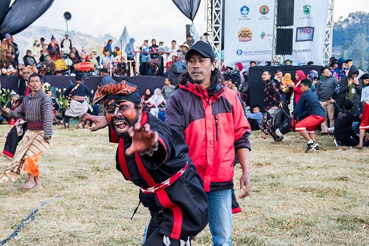 Peserta Kubro Siswo yang Dirasuki dan Berusaha Menyerang Penonton. Namun, ia ditangani oleh rekan satu timnya.