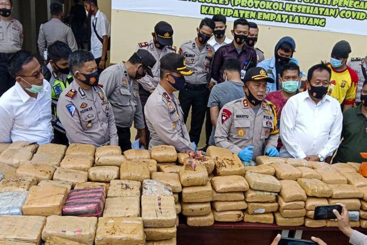 Kaporles Empat Lawang AKBP Wahyu saat melakukan gelar perkara terkait ungkap kasus penyelundupan 748 kilogram ganja kering asal Aceh, Senin (28/9/2020).