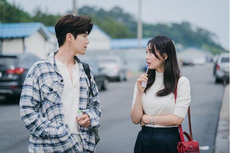 Drama Hometown Cha-Cha-Cha yang dibintangi Kim Seon Ho dan Shin Min Ah.