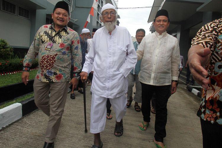 Kuasa hukum capres Joko Widodo dan Maruf Amin, Yusril Ihza Mahendra (kanan) mengunjungi narapidana kasus terorisme Abu Bakar Baasyir (tengah) di Lapas Gunung Sindur, Bogor, Jawa Barat , Jumat (18/1/2019). Abu Bakar Baasyir akan dibebaskan dengan alasan kemanusiaan karena usia yang sudah tua dan dalam keadaan sakit serta memerlukan perawatan. ANTARA FOTO/Yulius Satria Wijaya/pras.