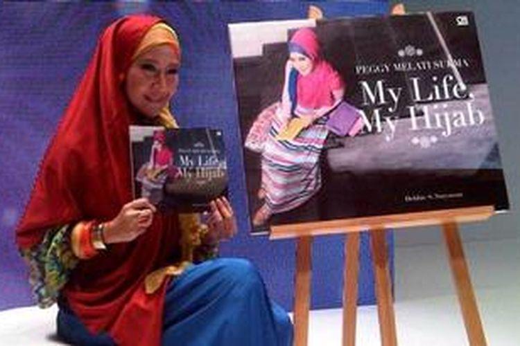"Peggy Melati Sukma meluncurkan bukunya, ""My Life, My Hijab"" di ajang Indonesia Islamic Fashion Fair 2013, Jakarta Convention Center, Jumat (31/5/2013)."