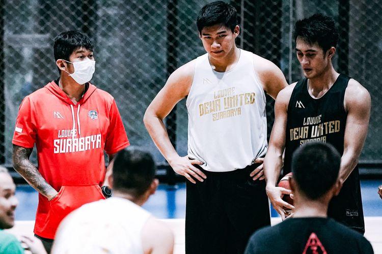 Beberapa anggota skuad klub basket Dewa United Surabaya.