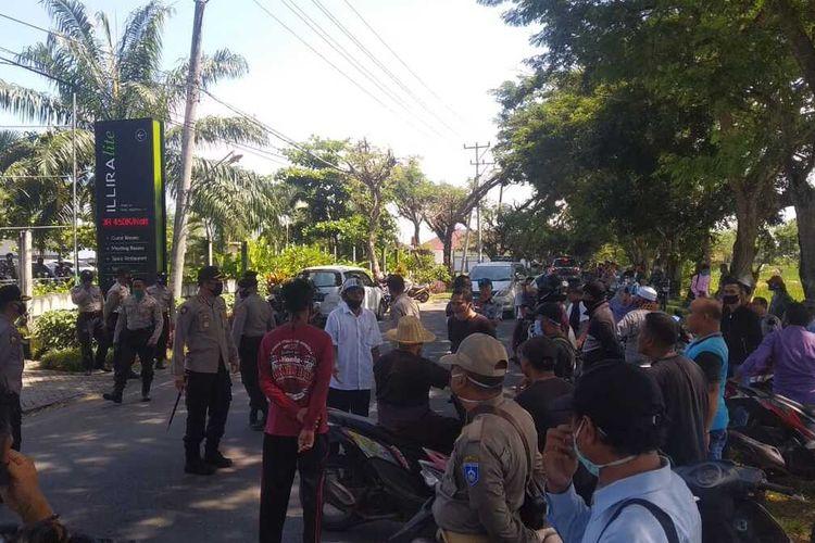 Suasana aksi masyarakat di depan hotel  Illira Desa Penujak yang dijadikan lokasi karantina jamaah tabligh yamg mengikuti kegiatan Gowa