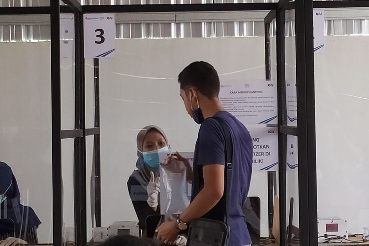 Calon penumpang menjalani pemeriksaan GeNose di Stasiun Purwokerto, Jawa Tengah, Minggu (28/2/2021).