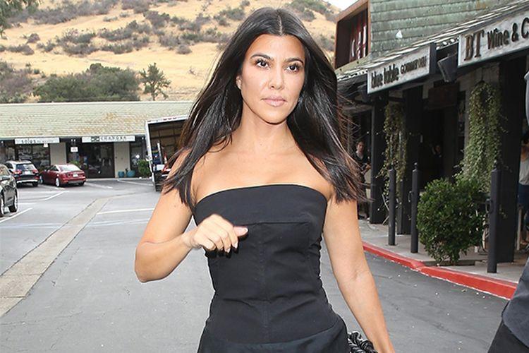 Kourtney Kardashian saat mengenakan pakaian serba hitam ketika berada di Los Angeles, Rabu (25/9/2019).