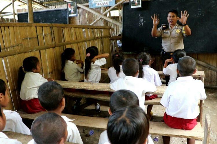 Brigadir Kepala (Bripka) Burhan Bhanin (38), saat mengajar di SD Pararel Natarakade, Desa Karekanduku,  Kecamatan Tanari, Kabupaten Sumba Barat, Nusa Tenggara Timur (NTT)