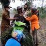Kisah Pak Siro Disuntik Vaksin Covid-19 di Pinggir Jalan Desa Saat Pulang Mencari Pakan Ternak