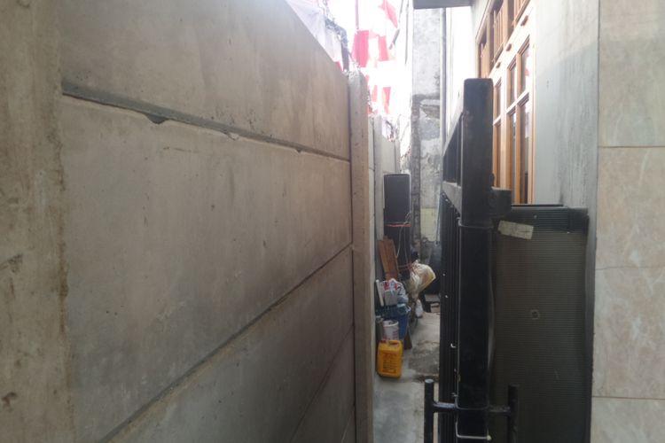 Warga RW 07 Kelurahan Kayu Putih, Jakarta Timur memprotes penutupan jalan yang dilakukan oleh anggota DPR RI Nurdin Tampubolon. Penutupan itu diketahui sebagai bagian rencana Nurdin untuk membangun sebuah gedung stasiun televisi di sekitar kawasan itu, Kamis (17/8/2017)