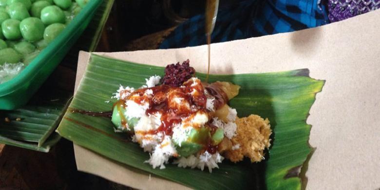Lenjongan adalah jajanan tradisional Solo yang telah ada sejak zaman penjajahan Belanda. Lenjongan terdiri dari beberapa macam makanan, misalnya tiwul, ketan hitam, ketan putih, gethuk, sawut, cenil, dan klepon.