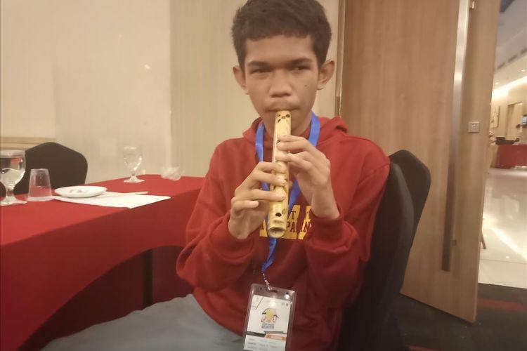 Ahmad Fauzan, siswa SMKN 7 Padang yang mahir memainkan alat musik tiup