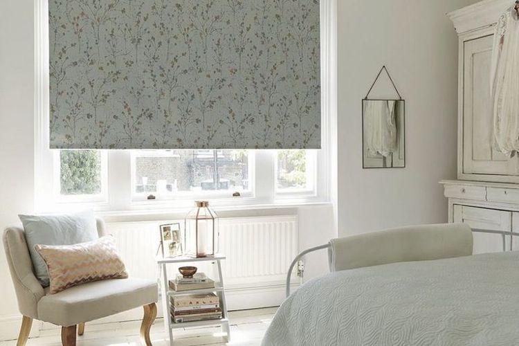 Jendela kaca sebagai sumber penerangan dalam desain kamar mungil