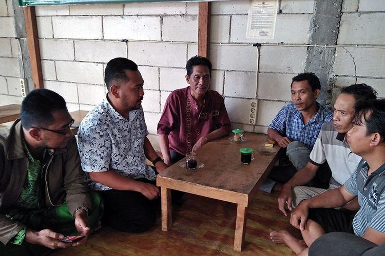 Fandi Akhmad Yani (dua dari kiri), saat berbincang dengan warga di sebuah warkop yang ada di Kecamatan Cerme, Gresik.