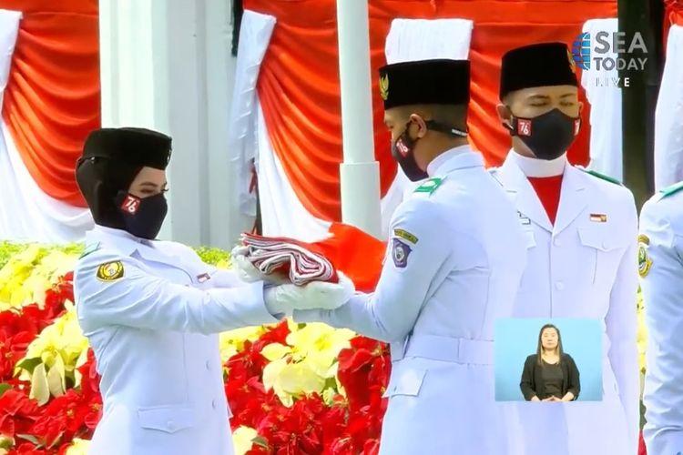 Detik-detik pengibaran Sang Saka Merah Putih oleh Paskibraka saat pelaksanaan upacara detik-detik Proklamasi peringatan HUT Ke-76 RI di Istana Merdeka Jakarta, Selasa (17/8/2021) yang disiarkan secara langsung oleh kanal TV inhouse IndiHome, SEA Today, sebagai Official Broadcaster.